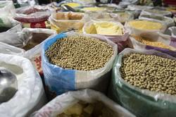 上海の穀物卸売市場では、海外から輸入した大量の大豆が販売されている(Bloomberg)