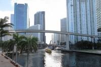 マイアミの都心はマイアミ川を挟んで南北に広がる(写真は筆者撮影)