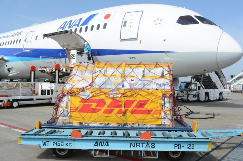 全日空機から降ろされた第3便の新型コロナウイルスのワクチン=成田空港で2021年3月1日午前10時26分、中村宰和撮影