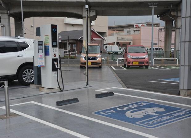 EVの充電ステーションが設置された自動車販売店=岡山市北区で2018年6月12日午前10時36分、高橋祐貴撮影