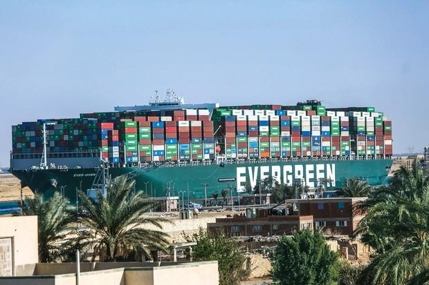 スエズ運河で座礁したコンテナ船 (Bloomberg)