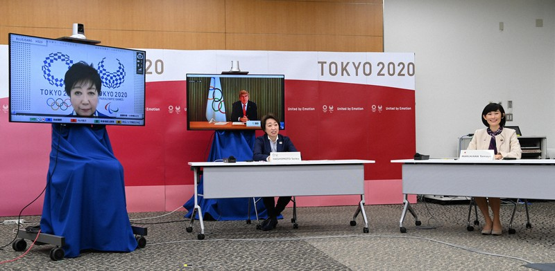 Seiko Hashimoto, ketua Panitia Penyelenggara Pesta Olahraga (tengah), mengadakan diskusi lima pihak.  Berpartisipasi online (dari kiri) Gubernur Yuriko Koike dari Tokyo, Ketua IOC Bach = Chuo-ku, Tokyo, 20 Maret 2021 (foto perwakilan)