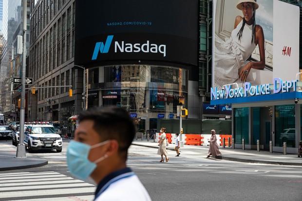 ニューヨークのタイムズスクエアでひときわ目立つ米ナスダックの看板 Bloomberg