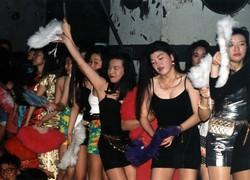 東京・芝浦のジュリアナ東京。お立ち台の上で扇子を片手に踊り続ける超ミニスカートの女性客