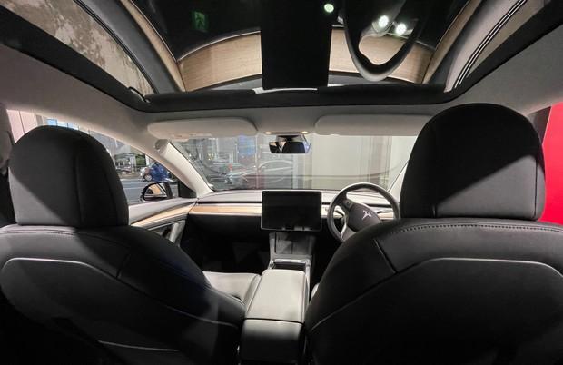 テスラ「モデル3」の内装(2021年3月2日、稲留正英撮影)
