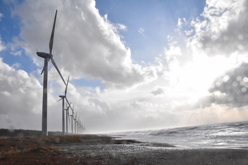 秋田県三種町の風力発電。再生可能エネルギーは今後、さらに拡大していく