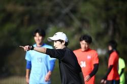 A-Proコーチの養成講習会で、指導実践のトレーニングに臨む受講者(中央)=日本サッカー協会提供