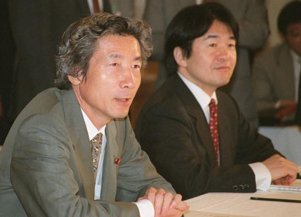 経済財政諮問会議に臨む小泉純一郎首相(左)と竹中平蔵・経済財政相(2001年9月11日撮影)