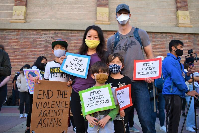 アジア系住民へのヘイトクライムに抗議する集会で「差別主義者の暴力を止めよう」などと書かれたボードを持つ家族連れ=米西部カリフォルニア州ロサンゼルスで2021年3月13日、福永方人撮影