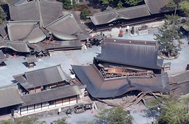 重要文化財の「楼門」(手前右)や拝殿(後方左)などが崩れた阿蘇神社=熊本県阿蘇市で2016年4月16日午前9時41分、本社機「希望」から梅村直承撮影