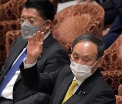 衆院内閣委員会で質問に答えるため挙手する菅義偉首相(右)。左は平井卓也デジタル改革担当相=国会内で2021年3月31日、竹内幹撮影