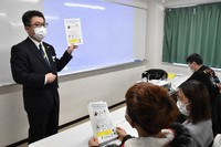 A staff member of Saitama Prefectural Police's international investigation department, left, is seen speaking about the illegality of gambling to Vietnamese students at Urawa vocational school in Saitama's Urawa Ward, on Feb. 25, 2021. (Mainichi/Hayato Narisawa)