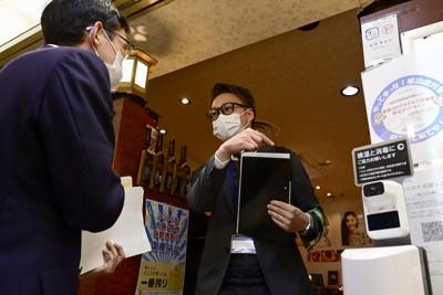 飲食店の感染防止策を点検する大阪府・大阪市「見回り隊」の職員=大阪市北区で2021年4月5日午後5時50分、藤井達也撮影(画像の一部を加工しています)
