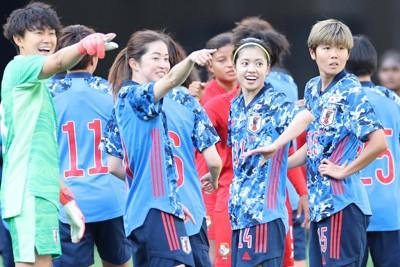 【日本―パナマ】パナマに勝利して喜ぶ長谷川唯(中央右)ら日本の選手たち=東京・国立競技場で2021年4月11日、宮武祐希撮影