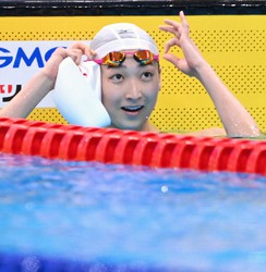Rikako Ikee smiles after winning the women's 50-meter freestyle at the national championships at Tokyo Aquatics Centre on April 10, 2021. (Mainichi/Toshiki Miyama)