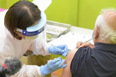 集団接種会場で新型コロナワクチンの接種を受ける高齢者(右)北九州市小倉北区の西日本総合展示場で2021年4月12日午後2時22分、上入来尚撮影