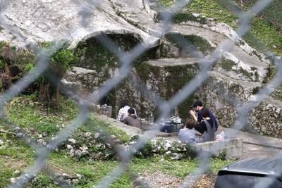 シーミー(清明祭)のため米軍普天間飛行場内の先祖の墓を訪れ、手を合わせる人たち。基地内への立ち入りは年に1度、この時期しか許されていない=沖縄県宜野湾市で2021年4月11日午後0時53分、喜屋武真之介撮影