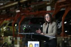 GMの米国工場で会見するバーラCEO Bloomberg