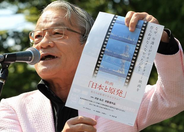 「さようなら原発全国大集会」の壇上で、自身が作った映画について話す河合さん=2014年9月