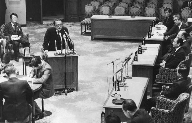 「ダグラス・グラマン事件」で参院予算委員会で証人の随伴者として出席した河合さん(左奥)。証言台に立つのは証人の有森國雄氏=1979年3月