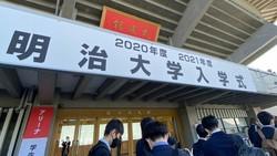 今春、多くの大学は新2年生向けに1年遅れの入学式を行った=東京都内で