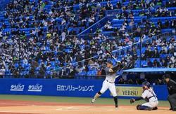 観客数を制限して開催されたプロ野球・ヤクルト-阪神の開幕戦=東京・神宮球場で2021年3月26日、梅村直承撮影