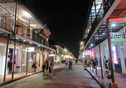 ニューオーリンズ「フレンチクオーター」のメインストリート・バーボン通りの夜(写真は筆者撮影)
