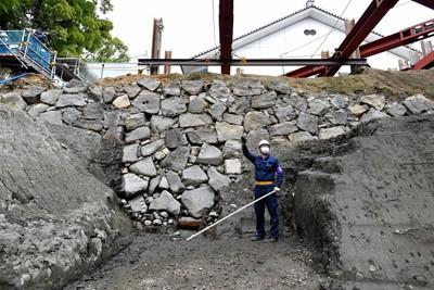 報道陣に公開された、江戸時代初期の江戸城のものと考えられる石垣=東京都千代田区で2021年4月13日、西夏生撮影