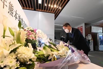 熊本地震の犠牲者を悼み献花する益城町の西村博則町長=熊本県益城町で2021年4月14日午前9時、徳野仁子撮影