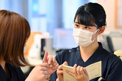 ナースステーションで先輩の指導を受ける新人看護師の大西美香さん(右)=東京都港区で2021年4月8日、大西岳彦撮影
