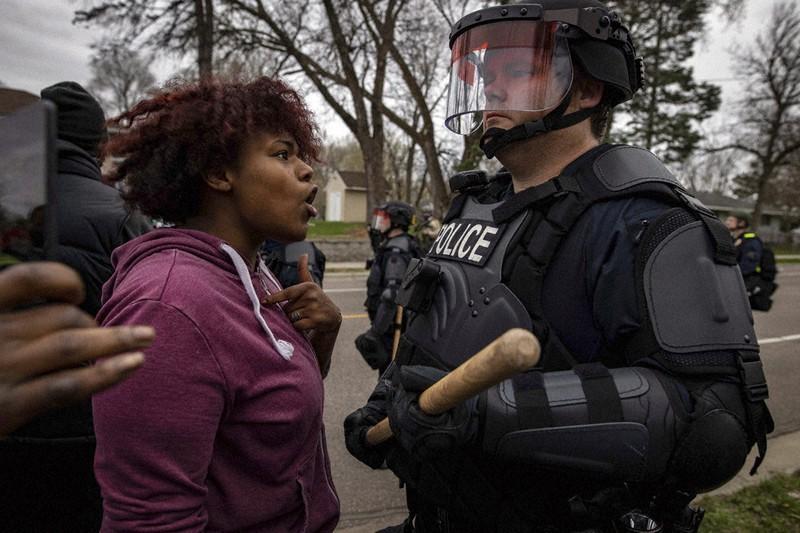 黒人男性射殺 数百人が抗議デモ
