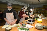 Tour participants and others make bento together in Kitakyushu's Kokurakita Ward on March 13, 2021. (Mainichi/Hiroya Miyagi)