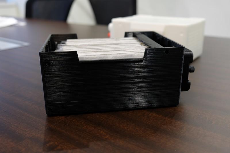 マグネシウム電池の試作品(東京都品川区のジー・スリーHD本社で)