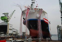 川崎重工業が製造した世界初の液化水素運搬船。水素は保管や運搬が課題だ(2019年12月、神戸市の同社工場で)