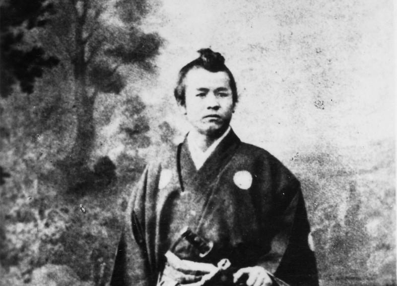 渋沢は幕府使節団随行員としてフランス・マルセイユで記念写真を撮った。最初はまげを結っていた。 渋沢史料館提供