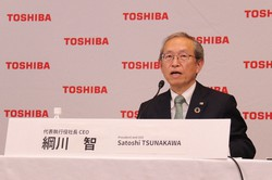 オンライン会見に出席した東芝の綱川智社長=2021年4月14日、東芝提供