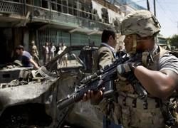 自爆テロがあった現場に到着した駐留米軍の兵士=アフガニスタンの首都カブールで2013年5月16日、AP