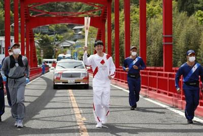 徳島県1日目第2区間で走る園原将吾さん=徳島県つるぎ町で2021年4月15日(代表撮影)