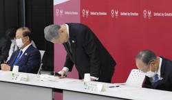 東京五輪・パラリンピック組織委の会長辞任を表明し、一礼する森喜朗氏。森氏の言動は「老害」と言われたが……=東京都中央区で2021年2月12日(代表撮影)