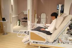 高機能のベッドやトイレ、シャワーを「3歩」の近さに配置した「自立のための3歩の住まい」=静岡県長泉町の静岡県医療健康産業研究開発センターで2021年2月26日、石川宏撮影