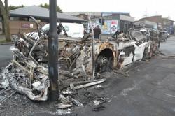 暴徒に火炎瓶を投げ込まれ焼け落ちた路線バス=北アイルランド東部ベルファストで2021年4月8日、服部正法撮影