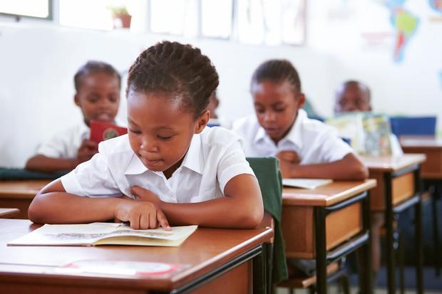 授業を受ける子供たち。アフリカでは寄宿学校の人気が高い Envato提供