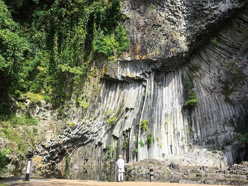 美しい柱状節理が見られる玄武洞(兵庫県富岡市) 筆者撮影