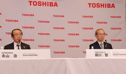 東芝の綱川智社長(右)と永山治取締役会議長=2021年4月14日、東芝提供