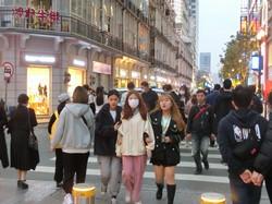 大勢の買い物客でにぎわう江漢路=中国湖北省武漢で2021年4月8日午後6時32分、小倉祥徳撮影