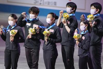 順位点合計で3位となり、表彰式でメダルを手に笑顔の日本チーム。左から紀平梨花、宇野昌磨、坂本花織、羽生結弦、三浦璃来、木原龍一=丸善インテックアリーナ大阪で2021年4月17日(代表撮影)