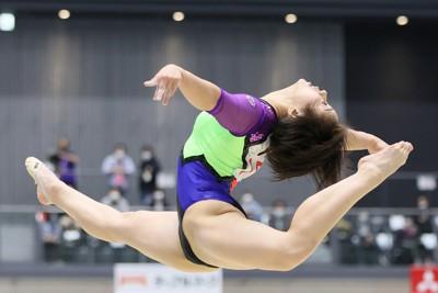 女子個人総合で優勝した村上茉愛の床運動=群馬・高崎アリーナで2021年4月17日(代表撮影)