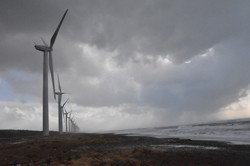 釜谷浜海水浴場に隣接する風力発電=秋田県三種町で2021年2月16日、中村聡也撮影