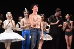 50歳の記念公演を終えて、観客の拍手に応える岩田守弘さん(手前)=ロシア中部のニジニノブゴロドで2021年4月8日、前谷宏撮影