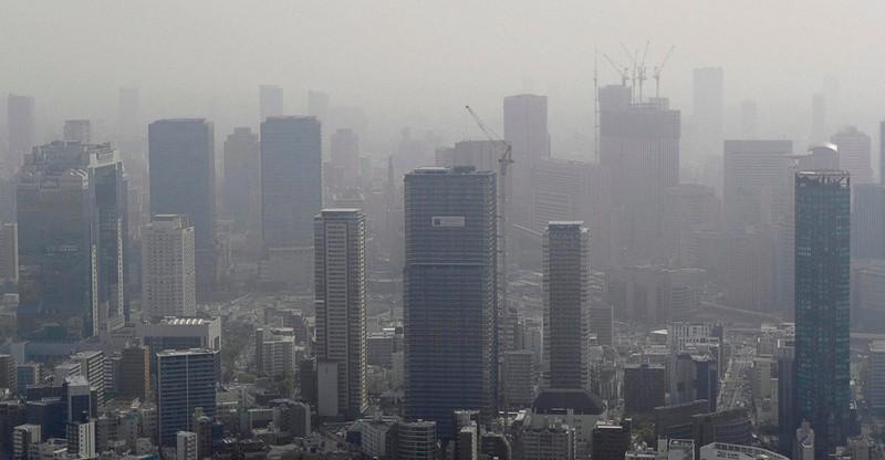大阪・梅田のビル群。左端が2020年4月に積水ハウスの株主総会が行われた梅田スカイビル=大阪市内で2021年3月30日午前9時37分、本社ヘリから